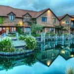 4. Casele mari, situate la marginea unui iaz, par a fi rupte din povestile copilariei